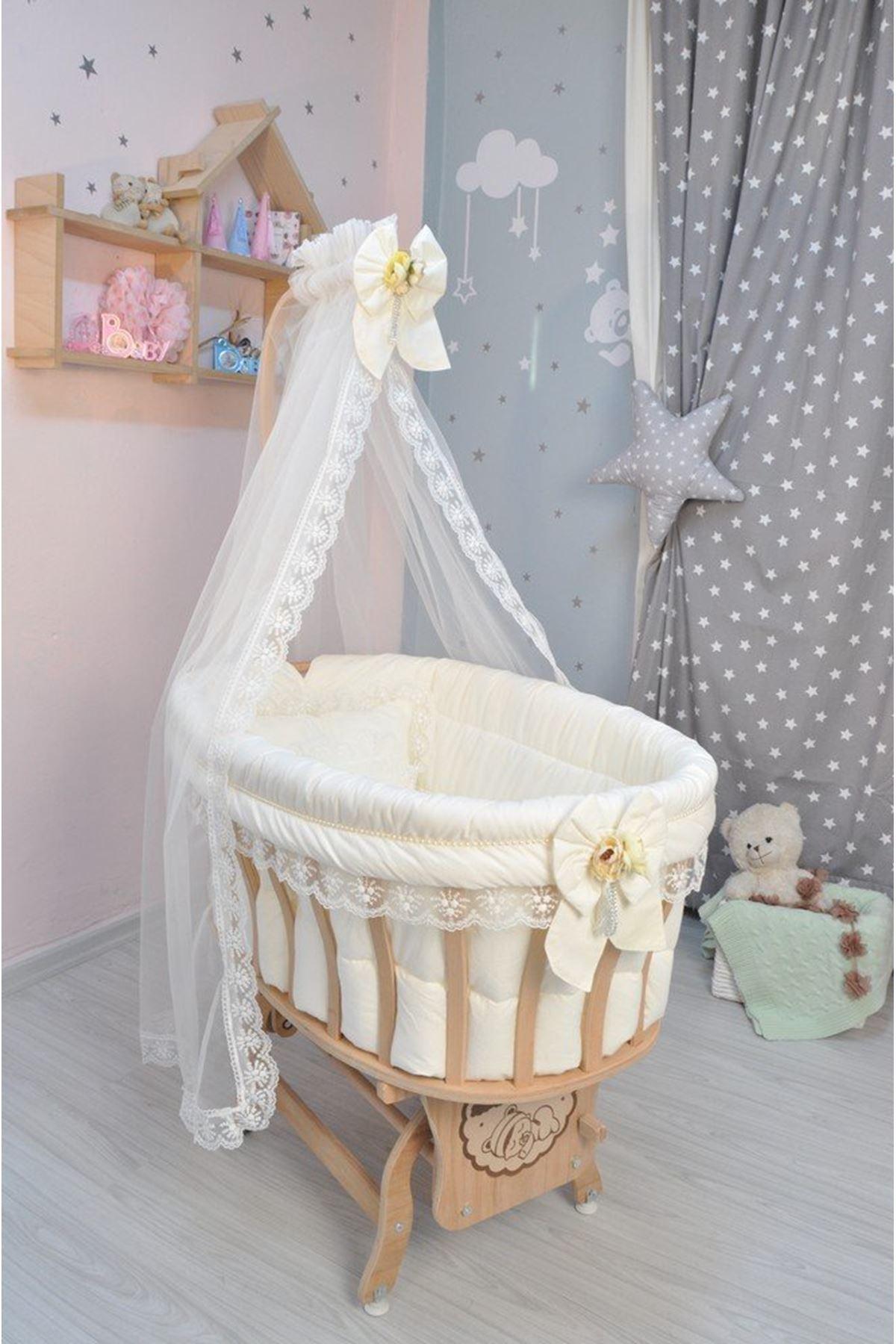 Çiçekli Fiyonklu Krem Uyku Seti ile Doğal Ahşap Sepet Bebek Beşiği