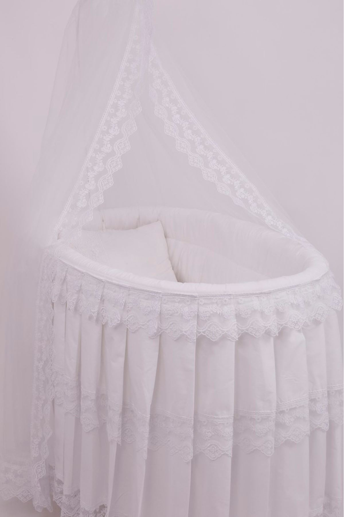 White Basket Crib With Tulle Skirt Sleeping Set